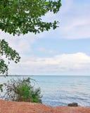 Μπλε ουρανός και σύννεφο την ήρεμη θάλασσα που χωρίζεται πέρα από από τη γραμμή οριζόντων Στοκ εικόνες με δικαίωμα ελεύθερης χρήσης
