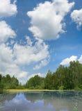 μπλε ουρανός λιμνών σύννεφων Στοκ εικόνες με δικαίωμα ελεύθερης χρήσης