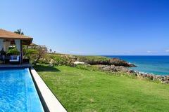 μπλε ουρανός λιμνών summerhouse πο&upsilo στοκ εικόνα με δικαίωμα ελεύθερης χρήσης