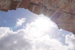Μπλε ουρανός μέσω της αψίδας στοκ εικόνες