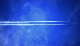 Μπλε ουρανός με ένα γρήγορο αεροπλάνο Στοκ φωτογραφία με δικαίωμα ελεύθερης χρήσης