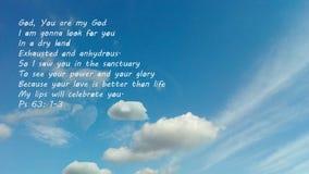 Μπλε ουρανός με ένα μήνυμα από τη Βίβλο Ένας από τους ψαλμούς του Δαβίδ ` s που αφιερώνονται στο Θεό στοκ εικόνα με δικαίωμα ελεύθερης χρήσης