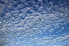 Μπλε ουρανός με μικροσκοπικά σύννεφα στοκ εικόνες