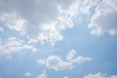 Μπλε ουρανός με πολλά σύννεφα Στοκ εικόνα με δικαίωμα ελεύθερης χρήσης
