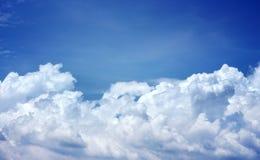 Μπλε ουρανός με τα άσπρα σύννεφα για το υπόβαθρο στοκ εικόνα με δικαίωμα ελεύθερης χρήσης