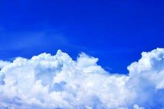 Μπλε ουρανός με τα άσπρα σύννεφα για το υπόβαθρο στοκ εικόνα