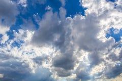 Μπλε ουρανός με τα άσπρα σύννεφα και τίποτα περισσότεροι στοκ εικόνες
