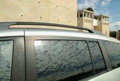 Μπλε ουρανός με τα άσπρα σύννεφα, που απεικονίζουν στο παράθυρο του αυτοκινήτου στοκ φωτογραφίες