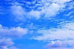 Μπλε ουρανός με τα άσπρα σύννεφα 171017 0125 Στοκ Εικόνες