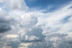 Μπλε ουρανός με τα σύννεφα ένα καλοκαίρι Στοκ Φωτογραφία