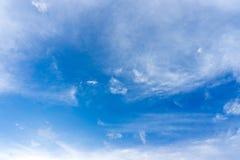 Μπλε ουρανός με τα σύννεφα για το υπόβαθρο Στοκ Εικόνες