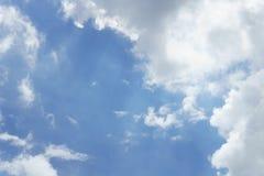 Μπλε ουρανός με τα σύννεφα για το υπόβαθρο Στοκ Εικόνα