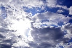 Μπλε ουρανός με τα σύννεφα και το φως ήλιων Στοκ Φωτογραφίες