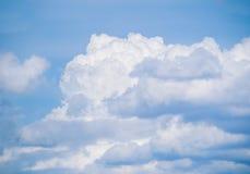 Μπλε ουρανός με τα σύννεφα μερών στοκ φωτογραφία με δικαίωμα ελεύθερης χρήσης