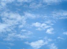 Μπλε ουρανός με τα σύννεφα μερών στοκ εικόνες