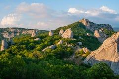 Μπλε ουρανός με τα σύννεφα πέρα από τα της Κριμαίας βουνά ο ναός της The Sun Κριμαία στοκ φωτογραφία με δικαίωμα ελεύθερης χρήσης
