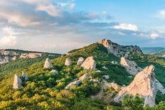 Μπλε ουρανός με τα σύννεφα πέρα από τα της Κριμαίας βουνά ο ναός της The Sun Κριμαία στοκ εικόνα
