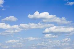 Μπλε ουρανός με τα σύννεφα Στοκ φωτογραφία με δικαίωμα ελεύθερης χρήσης