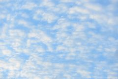 Μπλε ουρανός με τα χνουδωτά σύννεφα, υπόβαθρο κινηματογραφήσεων σε πρώτο πλάνο Στοκ Φωτογραφία