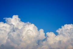 Μπλε ουρανός με την κινηματογράφηση σε πρώτο πλάνο σύννεφων Στοκ φωτογραφίες με δικαίωμα ελεύθερης χρήσης
