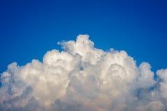 Μπλε ουρανός με την κινηματογράφηση σε πρώτο πλάνο σύννεφων Στοκ φωτογραφία με δικαίωμα ελεύθερης χρήσης