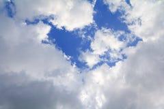 Μπλε ουρανός με την όμορφη τέχνη σύννεφων και σύννεφων βροχής της φύσης το διάστημα αντιγράφων για προσθέτει το κείμενο Στοκ Φωτογραφία