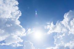 μπλε ουρανός με τον ήλιο και σύννεφα για το υπόβαθρο Στοκ Φωτογραφία