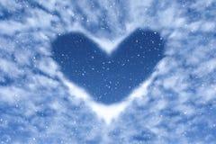 Μπλε ουρανός με το χιόνι και σύννεφα στη μορφή καρδιών Ευτυχές και υπόβαθρο αγάπης στοκ φωτογραφία