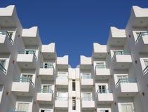 μπλε ουρανός ξενοδοχεί&om Στοκ Εικόνες