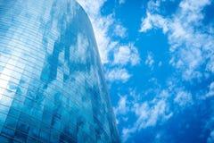μπλε ουρανός οικοδόμησης στοκ εικόνα