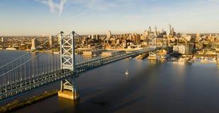 Μπλε ουρανός πέρα από τη γέφυρα του Benjamin Franklin στη στο κέντρο της πόλης Φιλαδέλφεια Πενσυλβανία στοκ φωτογραφία