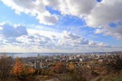 Μπλε ουρανός, ποταμός Βόλγας, πόλη του Σαράτοβ, Ρωσία Άποψη από το βουνό Sokolova στοκ φωτογραφίες