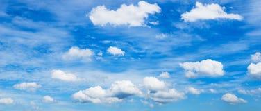 μπλε ουρανός σωρειτών σύννεφων Στοκ Εικόνες