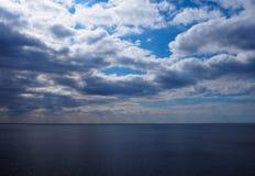 Μπλε ουρανός, σύννεφα και νερό στοκ φωτογραφίες