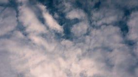 μπλε ουρανός σύννεφων Η όμορφη συσσώρευση καλύπτει επάνω σε έναν μπλε ήρεμο ουρανό Στατικό shiot φιλμ μικρού μήκους