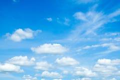 μπλε ουρανός σύννεφων κιν& Στοκ Φωτογραφία