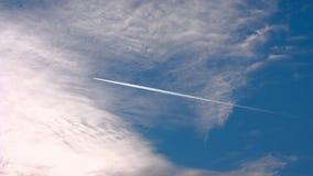 μπλε ουρανός σύννεφων Το αεροπλάνο που πηγαίνει πέρα από την όμορφη συσσώρευση πλαισίων καλύπτει επάνω σε έναν μπλε ήρεμο ουρανό  φιλμ μικρού μήκους