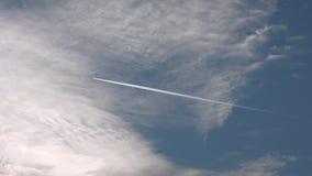 μπλε ουρανός σύννεφων Το αεροπλάνο που πηγαίνει πέρα από την όμορφη συσσώρευση πλαισίων καλύπτει επάνω σε έναν μπλε ήρεμο ουρανό  απόθεμα βίντεο