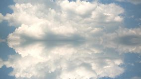 Μπλε ουρανός το καλοκαίρι με τα όμορφα σύννεφα σωρειτών Γρήγορα timelapse με την επίδραση αντανάκλασης απόθεμα βίντεο