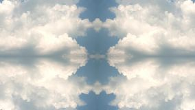 Μπλε ουρανός το καλοκαίρι με τα όμορφα σύννεφα σωρειτών Γρήγορα timelapse με την επίδραση αντανάκλασης φιλμ μικρού μήκους