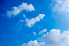 Μπλε ουρανός το καλοκαίρι Στοκ φωτογραφία με δικαίωμα ελεύθερης χρήσης
