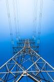 Μπλε ουρανός χάλυβα πύργων ισχύος ηλεκτρικής ενέργειας πρός τα πάνω Στοκ Φωτογραφίες