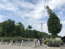 Μπλε ουρανός Baiyun, μεγάλα δέντρα, και ευχάριστοι δρόμοι στοκ εικόνα