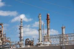 Μπλε ουρανός Corpus Christi, Τέξας, ΗΠΑ σύννεφων μηχανών ραφιναρίσματος πετρελαίου Στοκ εικόνα με δικαίωμα ελεύθερης χρήσης