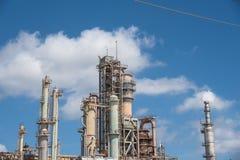 Μπλε ουρανός Corpus Christi, Τέξας, ΗΠΑ σύννεφων μηχανών ραφιναρίσματος πετρελαίου Στοκ Φωτογραφίες