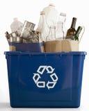 μπλε δοχείων ανακύκλωση& Στοκ φωτογραφία με δικαίωμα ελεύθερης χρήσης