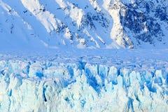 Μπλε πάγος και βουνό Χειμερινή Αρκτική Άσπρο χιονώδες βουνό, μπλε παγετώνας Svalbard, Νορβηγία Πάγος στον ωκεανό Λυκόφως παγόβουν Στοκ Φωτογραφία