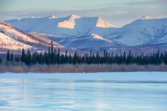 Μπλε πάγος της παγωμένης λίμνης στο πρωί Χειμερινό τοπίο στα βουνά και η παγωμένη λίμνη στο Γιακουτία, Σιβηρία, Ρωσία στοκ εικόνα