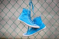 Μπλε πάνινα παπούτσια Στοκ Εικόνες