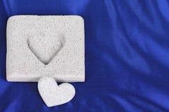 μπλε πέτρα σατέν καρδιών συ&n Στοκ Φωτογραφία
